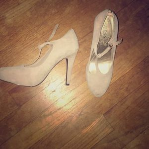 GUESS taupe heels with t strap